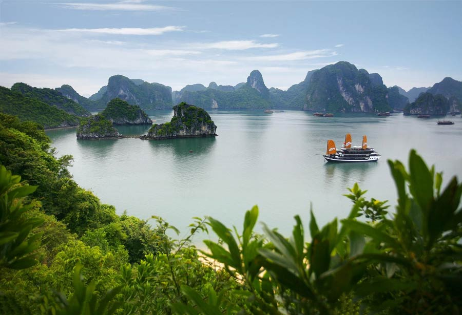 Halong Bay in Vietnam, reportage del giro in battello
