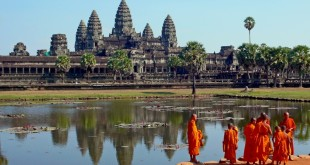 resized_resized_Buddhist_monks_in_front_of_the_Angkor_Wat
